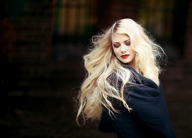 blondýna s dekou
