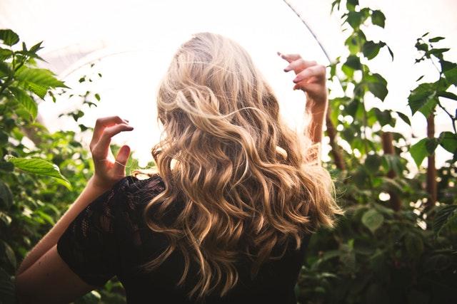Žena uprostred zelene s dlhými blond vlasmi