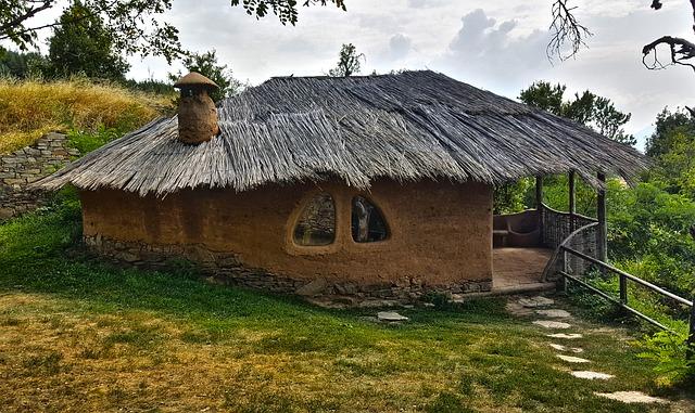 Dom z hliny v tvare kruhu s terasou.jpg