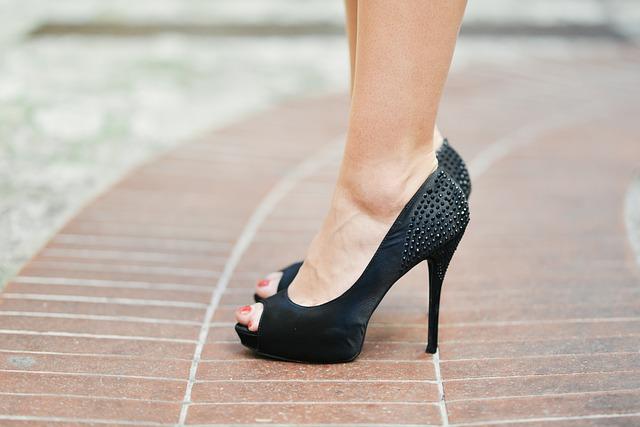 Žena s čiernymi topánkami na vysokom podpätku.jpg
