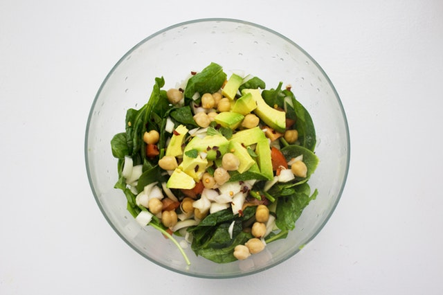 Zeleninový šalát z viacerých druhov zeleniny v sklenej miske