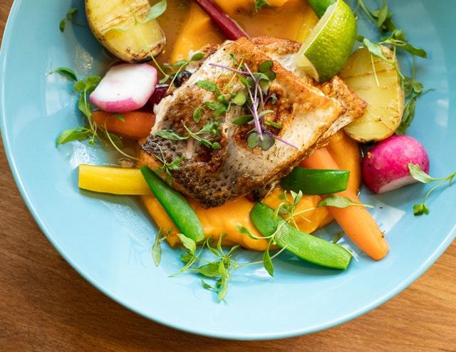 Šalát z mrkvy, hráškových luskov, reďkovky a mikrobiliniek s rybou