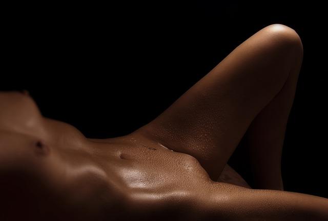 Spotené nahé telo ženy.jpg