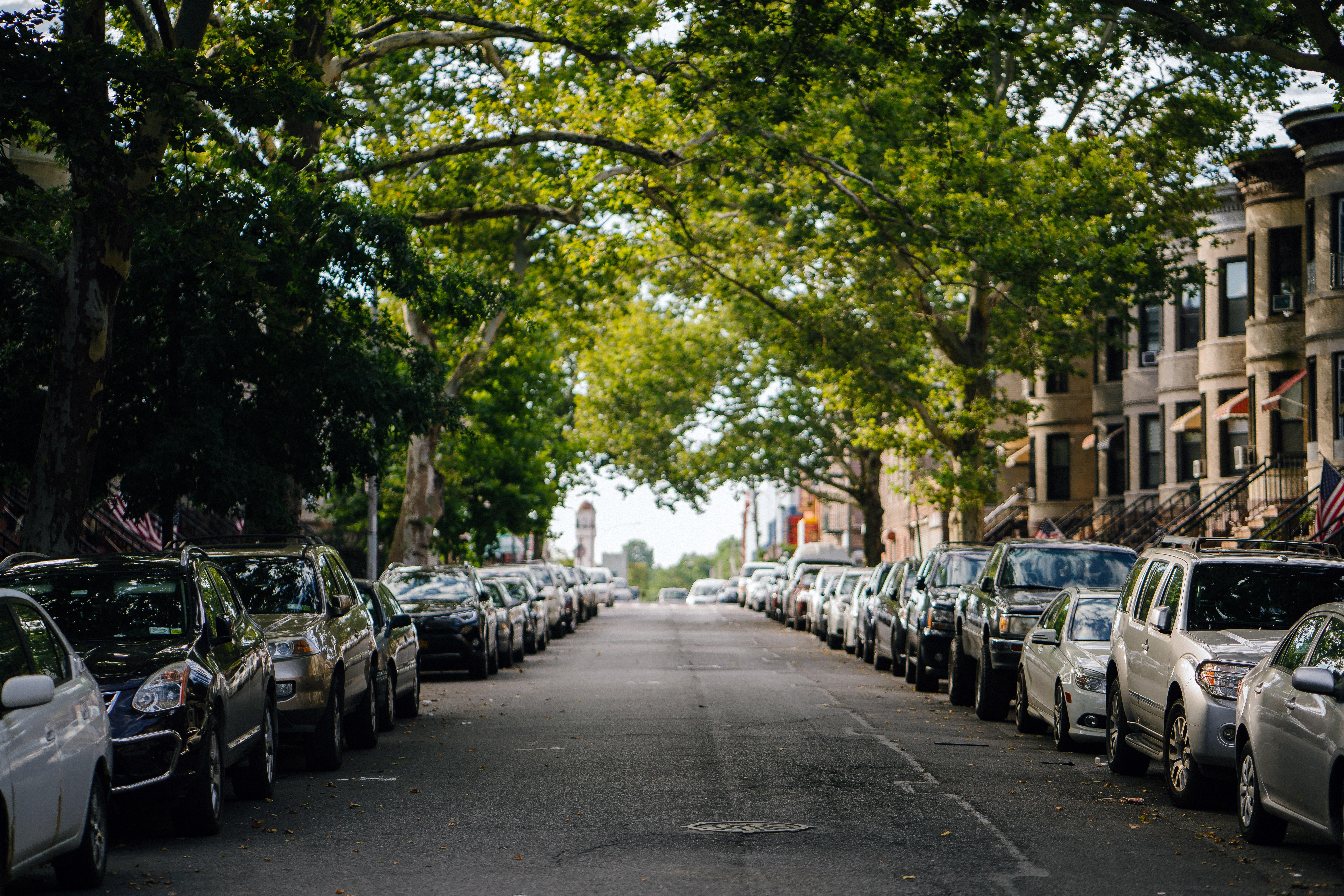 zaparkované autá pri ceste.jpg