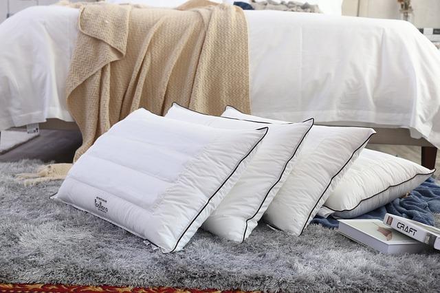 Vankúše na koberci vedľa postele.jpg