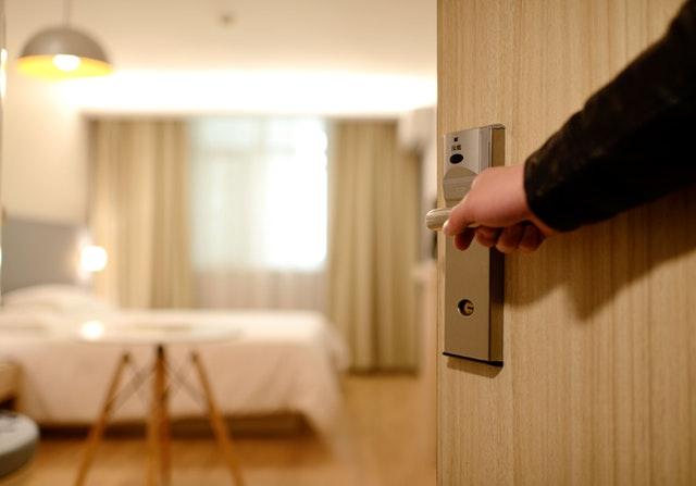 Človek otvára dvere do spálne