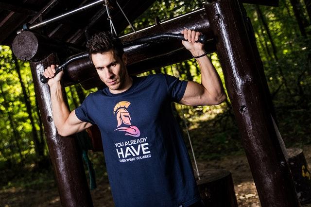 Muž posilňuje, modré tričko s potlačou